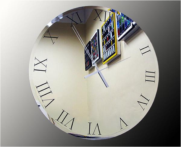 Часы показывают зеркальные